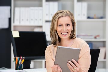 geschäftsfrau mit tablet-pc am arbeitsplatz