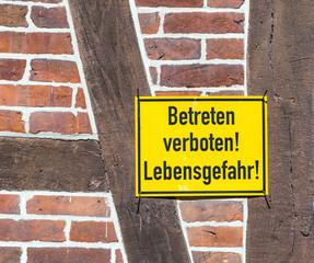 german sign betreten verboten, Lebensgefahr at a  wall