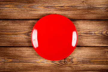 Fotoväggar - Red plate on a wooden table