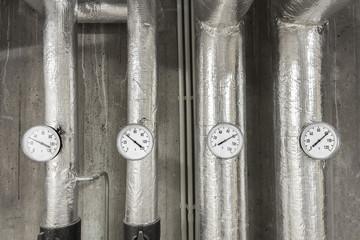 Heizungsrohre mit Temperaturanzeige