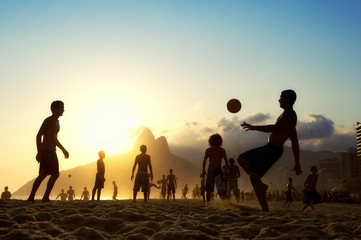 Photo sur Toile Brésil Sunset Silhouettes Playing Altinho Futebol Beach Football Brazil