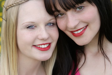 Schwestern, Freundinnen, Mädchen, junge Frauen, Freundschaft