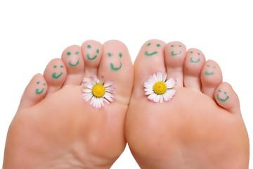 Füße mit Gesichtern und Blume