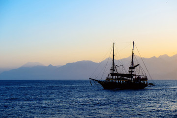 Panorama con silhouette di veliero in navigazione