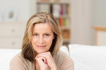 selbstbewusste ältere frau zu hause