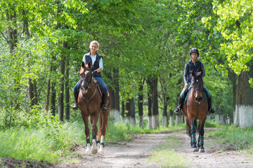Photo sur cadre textile Equitation Girls on horseback riding