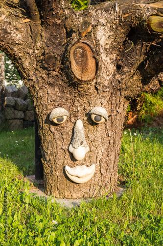 Baumgesicht natur stockfotos und lizenzfreie bilder auf for Gartendeko baumstamm
