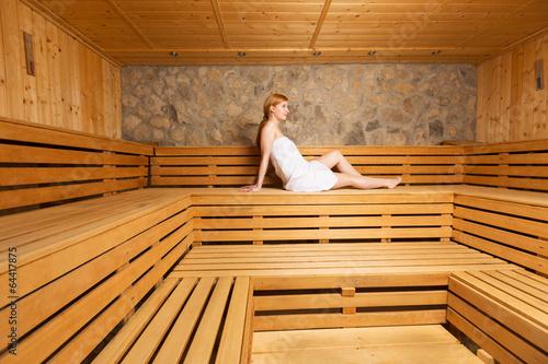 junge frau entspannt in der sauna stockfotos und lizenzfreie bilder auf bild. Black Bedroom Furniture Sets. Home Design Ideas