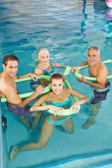 Gruppe macht Aquafitness im Schwimmbecken