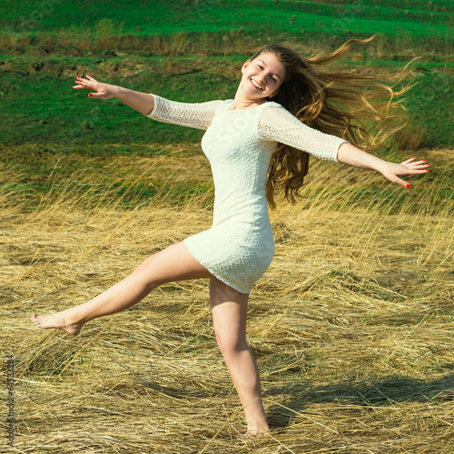 девушка активно прыгает