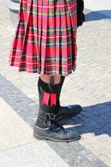 Schottenrock und Schuhe eines Schotten beim Dudelsackspielen