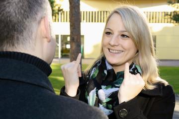 Taubstumme Frau kommuniziert in Gebärdensprache