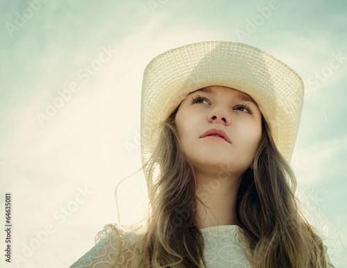 Красивое фото девушки на фоне неба фото 679-422