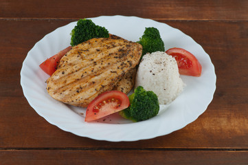 Grilowana pierś z kurczaka z warzywami i ryżem