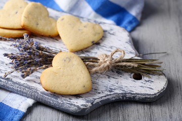 Stores à enrouleur Biscuit Lavender cookies on cutting board, on color napkin background