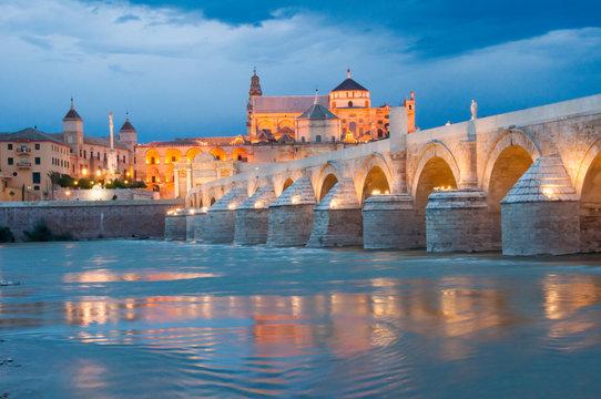 Puente Romano y Mezquita por la noche (España)