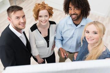 motiviertes team im büro schaut nach oben