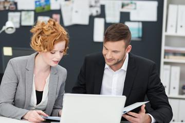 kollegen arbeiten zusammen in einer agentur