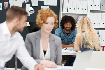 junge leute besprechen sich im büro