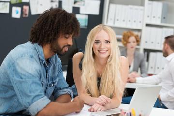 junge kollegen arbeiten zusammen im büro