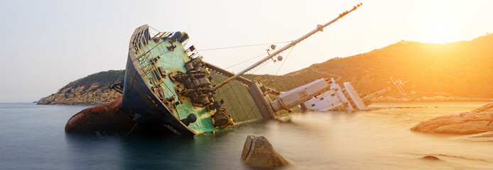 Photo sur Toile Naufrage shipwreck , cargo ship