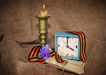 Георгиевская лента, старый будильник и фотографии