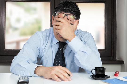 Uomo in ufficio disperato