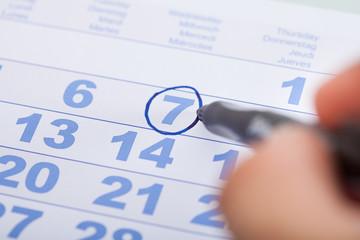 Fototapete - Businessman Marking Date On Calendar In Office