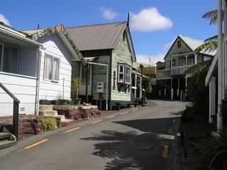 Seitliche Holzhausstrasse in Neuseeland
