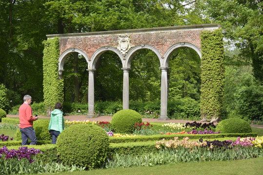 Les arcades au fond du jardin en demi cercle