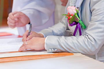Wedding couple leaving their signatures