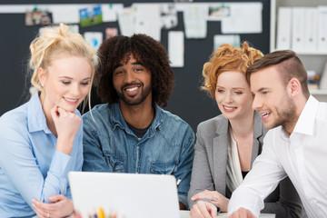 junge kollegen schauen zusammen auf laptop