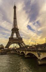 Poster de jardin Rouge, noir, blanc Eiffelturm vor buntem Himmel