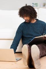 mann mit laptop und aktenordner zu hause