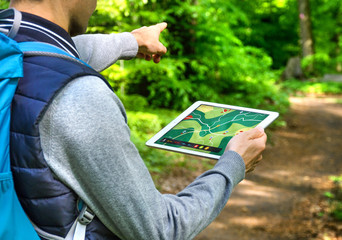 Man hiking with Tablet PC and GPS App – Wandern mit Wander App