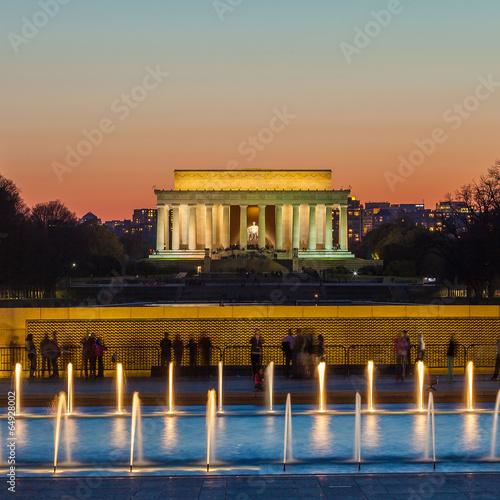 Wall mural Abraham Lincoln Memorial at night - Washington DC, United States