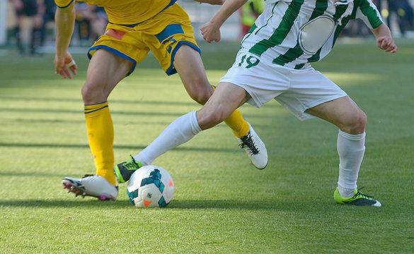futbolistas luchando por el balón