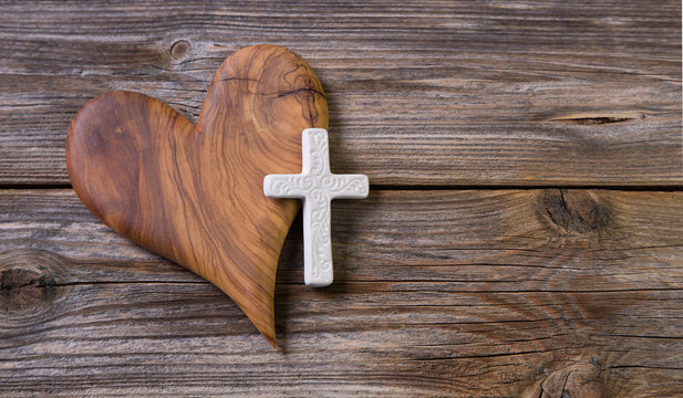 Trauerkarte oder Beileidskarte mit Kreuz und Herz aus Holz