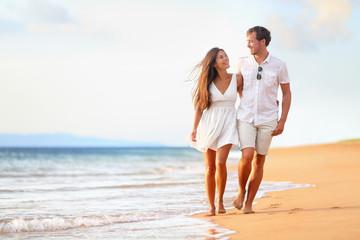 Obraz Beach couple walking on romantic travel - fototapety do salonu