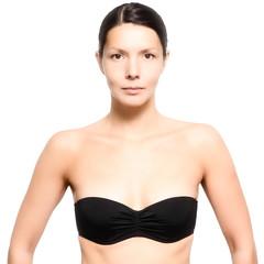 Attraktive junge Frau trägt einen schwarzen Bikini