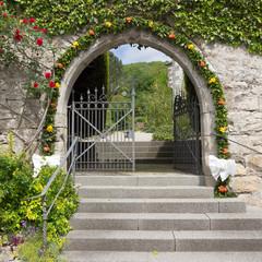 Mit Blumen geschmückter Friedhofseingang