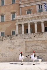 Athènes, Relève de la garde: Impact!
