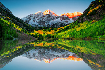 Sunrise at Maroon bells lake Fotobehang