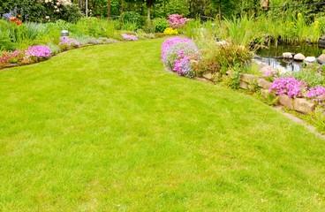 Rasenfläche mit Garten