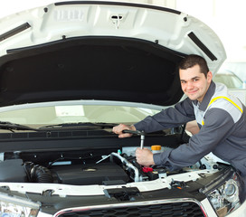 automotive mechanic tightening using a torque wrench