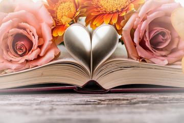 Antikes Buch mit Herz und Blumen