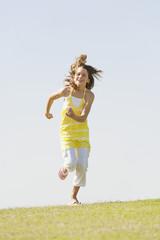 Spanien,Mallorca,Mädchen (10-11 ) über Wiese