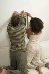 Junges Paar Aufhängen Bild,Rückansicht