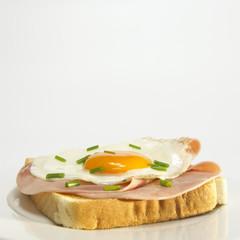 Toast mit Spiegelei und Schinken in der Platte,close-up
