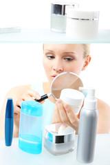 Obraz Kosmetyczne zakupy - kobieta czyta etykiety - fototapety do salonu